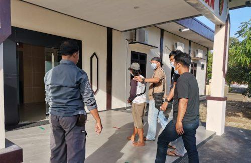 Tersangka saat diamankan anggota di Mapolres Seruyan Selasa (12/1).