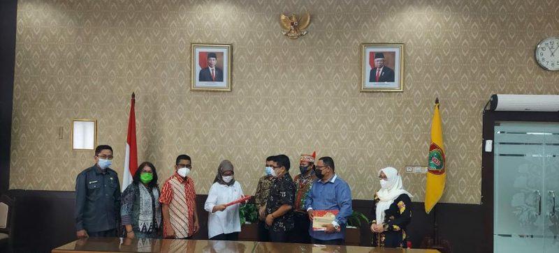 Penyerahan naskah perbaikan akademik daerah otonomi baru (DOB) Provinsi Kotawaringin oleh DP2K, Senin (15/2/2021). Foto : Ra