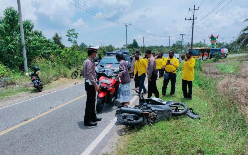 Anggota Satlantas Polres Barsel saat melakukan olah TKP di lokasi kejadian, Sabtu (27/2).
