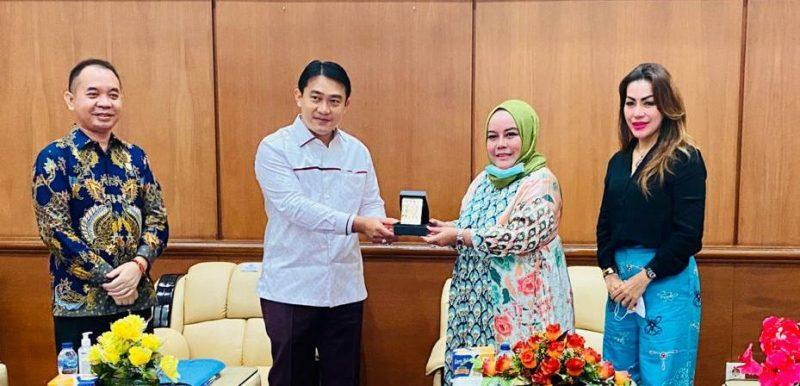 Wakil Ketua III DPRD Kalteng, Faridawaty Darland Atjeh usai melakukan kunjungan kerja ke DPRD Riau. Foto : Ra