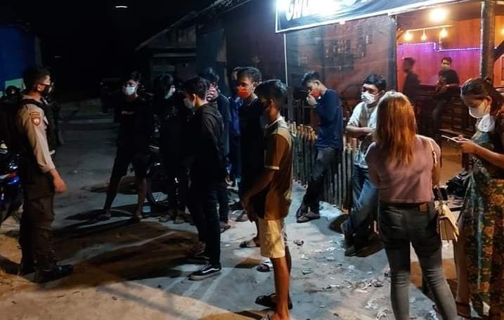 Tim Raimas Back Bone Ditsamapta Polda Kalimantan Tengah membubarkan kegiatan di Cafe Galaxy Palangka Raya karena melanggar Protokol Kesehatan, Minggu (28/2/2021) Pukul 02.00 WIB. Foto : Am