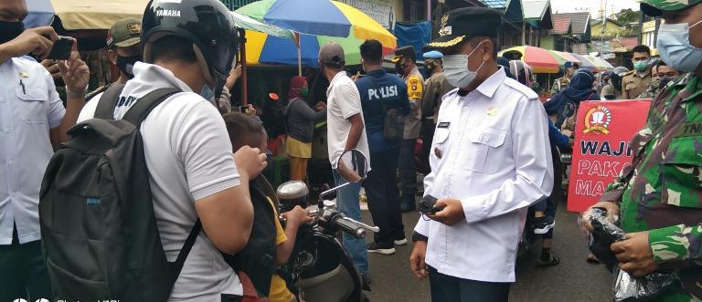 Wabup Mura Rejikinoor saat membagikan masker kepada warga di Pasar Puruk Cahu, Rabu (3/2).