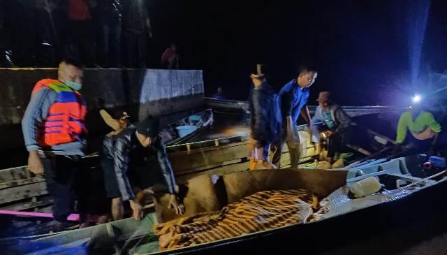 Jasad korban saat dievakuasi tim gabungan seusai ditemukan Rabu (10/2) dini hari tadi.