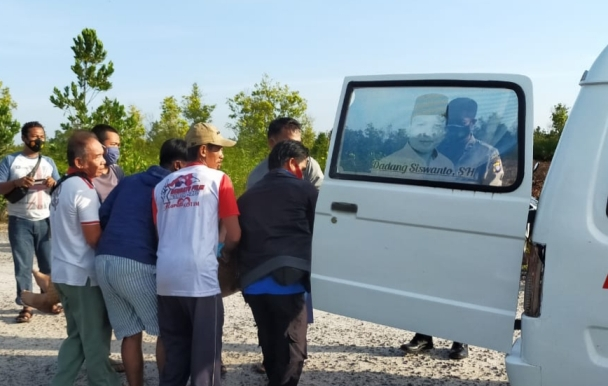 Warga saat mengevakuasi jasad korban Kamis (11/2) pagi.