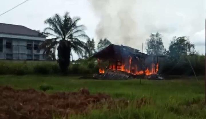 Kobaran api saat melahap bangunan rumah berbahan kayu, Jumat (12/2) siang.
