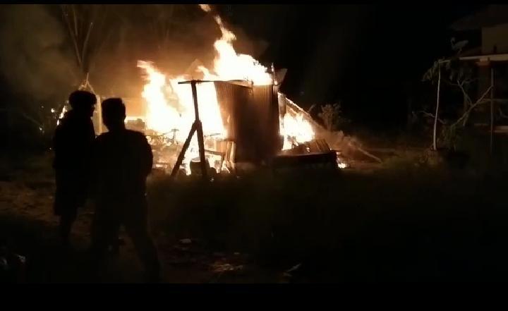Kobaran api saat masih melahap bangunan rumah Jumat (12/2) malam ini.