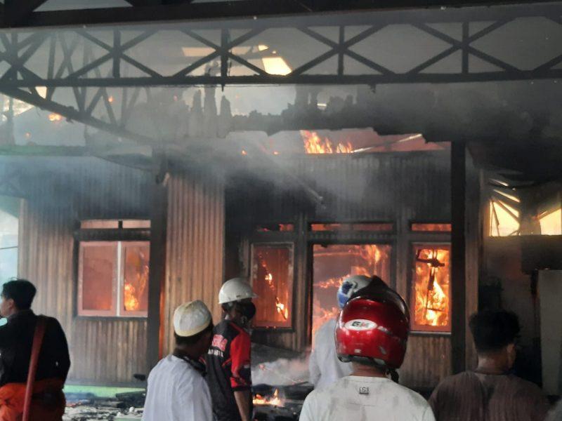 Kobaran api saat melahap bangunan rumah korban, Sabtu (13/2) sore.