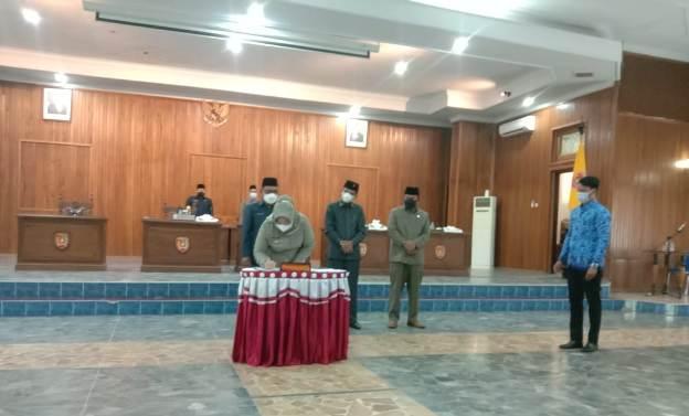 Bupati Kobar Hj Nurhidayah saat menandatanganii dua reperda jadi perda di Aula DPRD Kobar Rabu (17/2).
