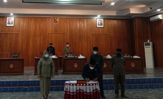 Ketua DPRD Kobar M Rusdi Gozali saat menandatangani dua ranperda menjadi perda, Rabu (18/2).