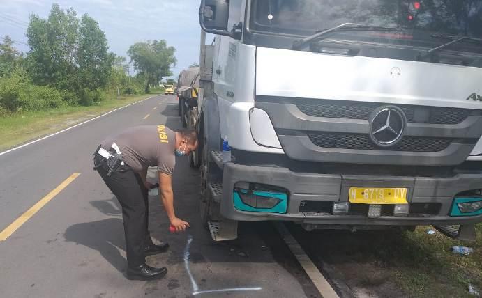 Anggota polisi saat melakukan olah TKP di lokasi kejadian, Jumat (19/2).