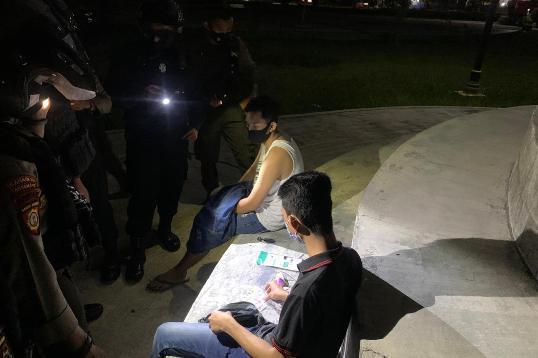 Kedua pria yang terciduk saat asyik bermesraan ketika diamankan polisi, Rabu (24/2) malam.