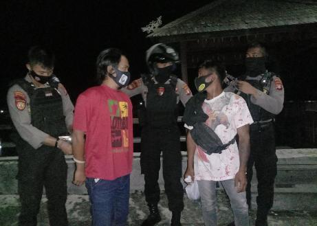 Anggota saat mengamankan dua orang pria Rabu (24/2) malam.