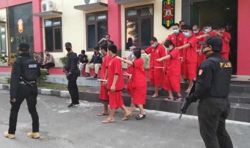 Para tersangka saat diamankan di Mapolda Kalteng.