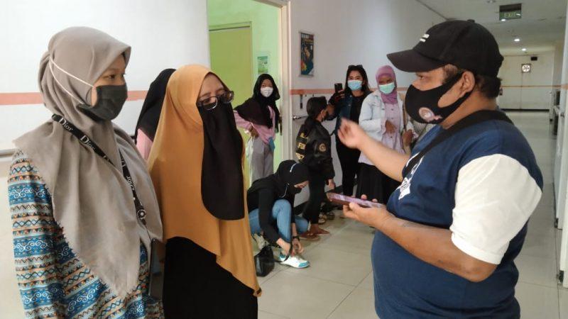 Keluarga korban penjambretan di Jalan Ramin 2 mengucapkan terima kasih kepada polisi atas keberhasilan menangkap pelaku, pada Hari Sabtu (27/2/2021) dinihari. Foto : Am