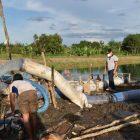 Gubernur Kalteng Sugianto Sabran saat meninjau irigasi di lahan Food Estatet Kapuas, Minggu (7/3).