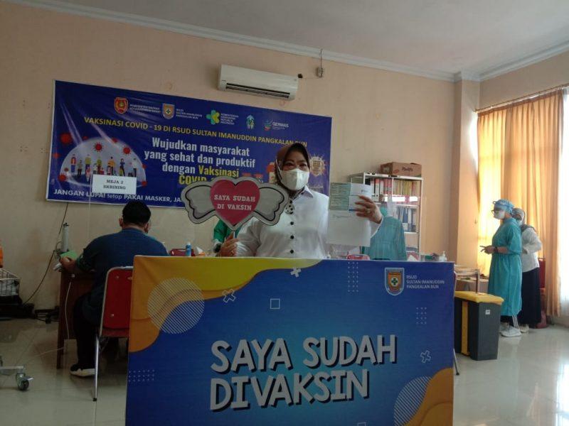 Bupati Kotawaringin Barat Hj Nurhidayah divaksin Covid-19, Senin (22/3/2021). Foto : KN