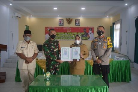 Dandim 1014 /Pbn Letkol Arh Drajad Tri Putro S.E saat serah terima buku program TMMD, Selasa (2/3).