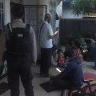 Anggota polisi saat berada di kediaman korban, Sabtu (6/3) sore.