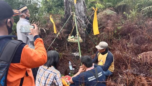Sejumlah warga saat menggelar ritual adat, Minggu (7/3).
