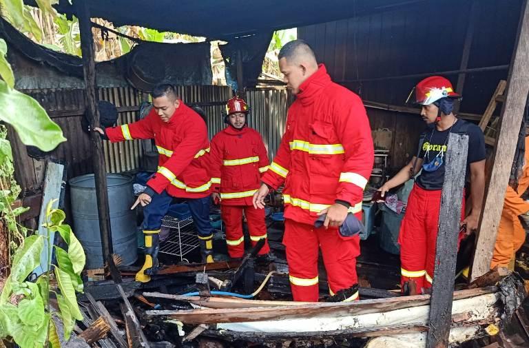 Petugas Damkar Kobar saat memadamkan api di lokasi kejadian, Senin (8/3).
