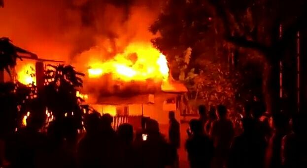 Kobaran api saat melahap rumah warga, Senin (8/3) malam.