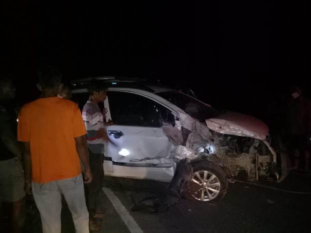Mobil Ertiga saat mengalami kerusakan berat usai terjadi tabrakan, Rabu (10/3) tadi malam.