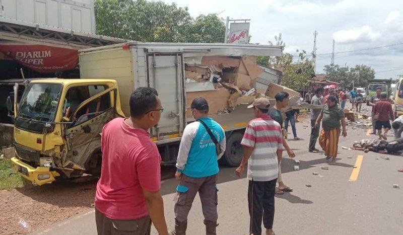 Korban saat tergeletak di lokasi kejadian bersama truk box yang menabrak, Selasa (16/3).