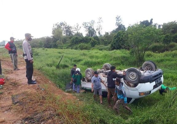 Mobil pikap saat terguling dan terjatuh dari ruas jalan Pangkalan Bun-Kolam, Jumat (19/3).