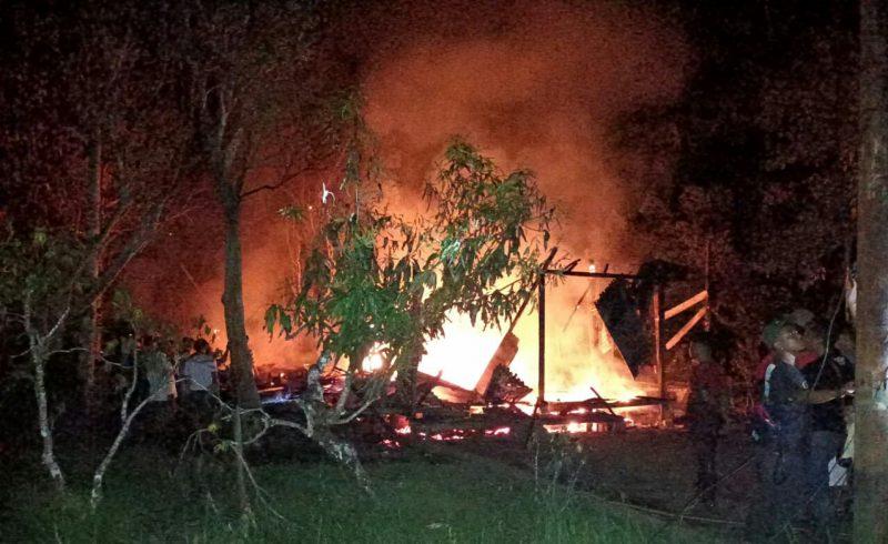Kobaran api saat melahap bangunan rumah warga Basirih Hulu, Sabtu (21/3) tadi malam.