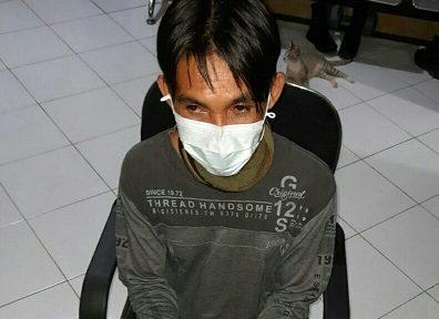 Pelaku saat diamankan di Mapolsek Mentaya Hulu, Sabtu (20/3).