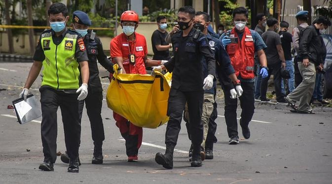 Anggota saat mengevakuasi potong tubuh pelaku ledakan bom bunuh diri, Minggu (28/3).