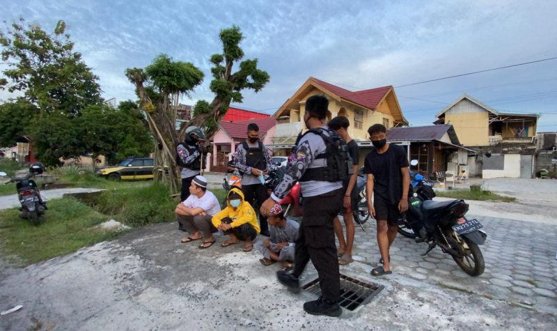 Aparat Polantas Polresta Palangka Raya menertibkan anak-anak yang melakukan balapan liar di Jl Hiu Putih Palangka Raya, Sabtu (17/4/2021) pagi. Foto : Am