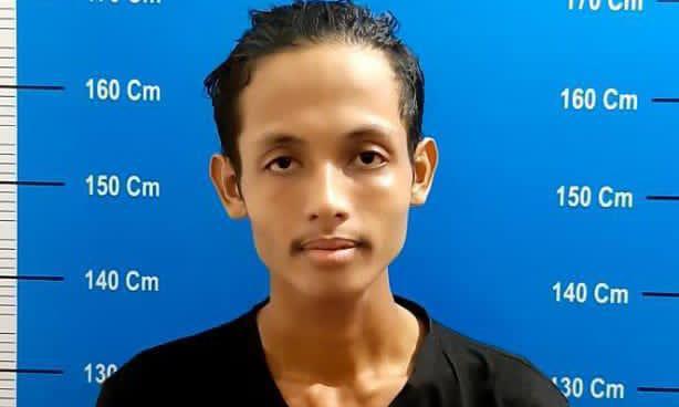 Pelaku Ye (24) diamankana aparat Polresta Palangka Raya karena kedapatan memiliki narkotika jenis Sabu, Jumat (16/4/2021). Foto : TN