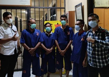 Empat dari lima tersangka saat diamankan di Polda Banten, Jumat (23/4).