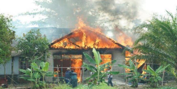 Kobaran api saat melahap bangunan, Senin (26/4).