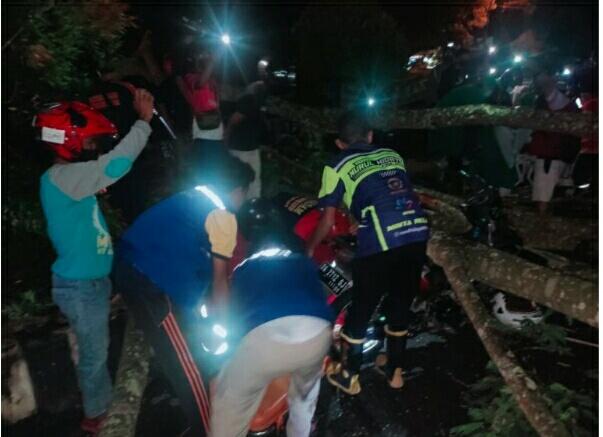 Petugas gabungan saat mengevakuasi kedua korban, Minggu (4/4) tadi malam.