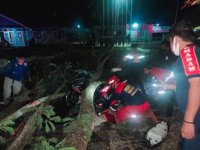Petugas BPBD dan BPK saat mengevakuasi korban Minggu (4/4) malam.