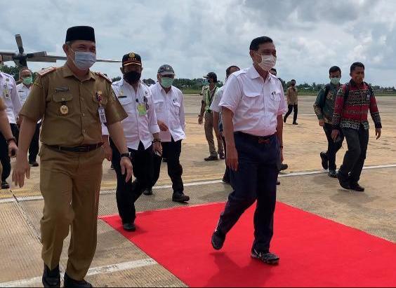 Sekda Kalteng Fahrizal Fitri saat menyambut tiga menteri di Bandara Tjilik Riwut, Selasa (6/4).