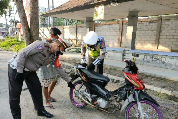 Anggota Satlantas Polres Kobar saat mengamankan pengendara knalpot brong, Rabu (7/4).