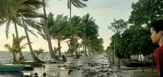 Angin kencang dan gelombang saat menerpa pesisir pantai di Kecamatan Kumai.