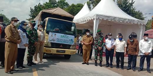 Wabup Kobar Ahmadi Riansyah saat menghadiri kegiatan pendistribusian besar zakat, Senin (12/4).