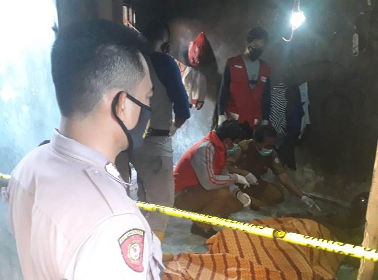 Anggota Polsek Baamang saat melakukan olah TKP di lokasi ditemukan mayat korban, Selasa (20/4).
