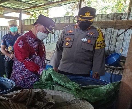 Bupati Kotim Halikinoor dan Kapolres Kotim AKBP Abdoel Harris Jakin saat memeriksa miras di lokasi pabrik, Kamis (22/4).