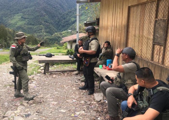 Anggota gabungan baik dari TNI dan Polri saat berjaga di pemukiman warga Beoga, Jumat (16/4).