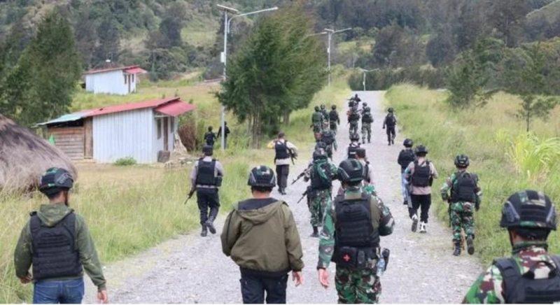 Aparat gabungan baik dari TNI dan Polri saat memburu anggota KKB Papua, Sabtu (10/4).