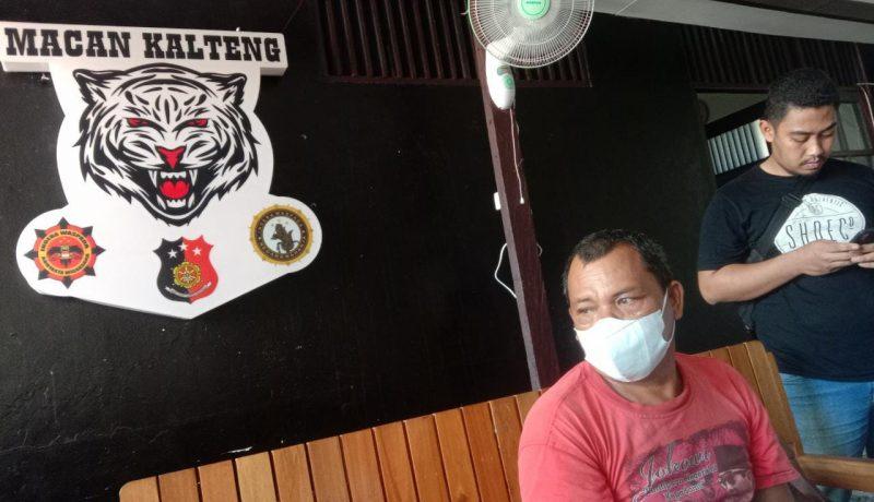 Petugas Kepolisian gabungan Macan Kalteng meringkus seorang pria yang diketahui memiliki senjata api (Senpi) rakitan di Jalan Mahir Mahar Kota Palangka Raya, Rabu (26/5/2021) Pukul 12.00 WIB. Foto : Am