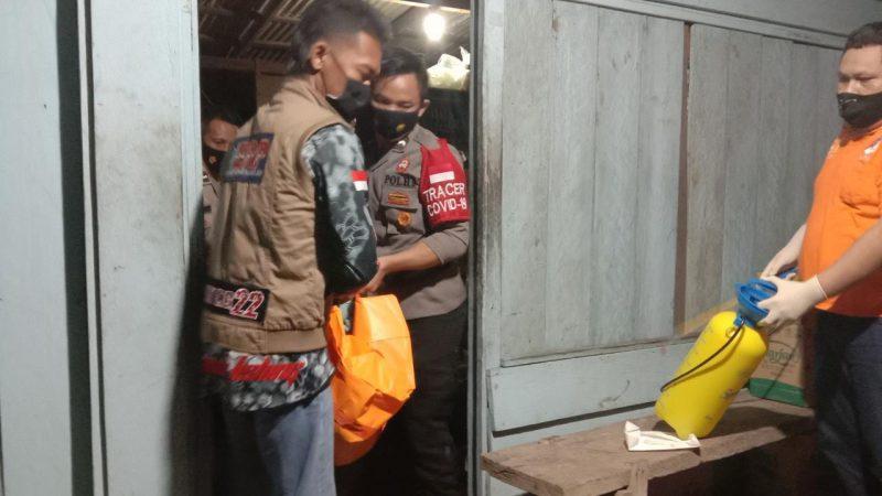 Petugas kepolisian dan ERP saat mengevakuasi jasad korban, Selasa (4/5).