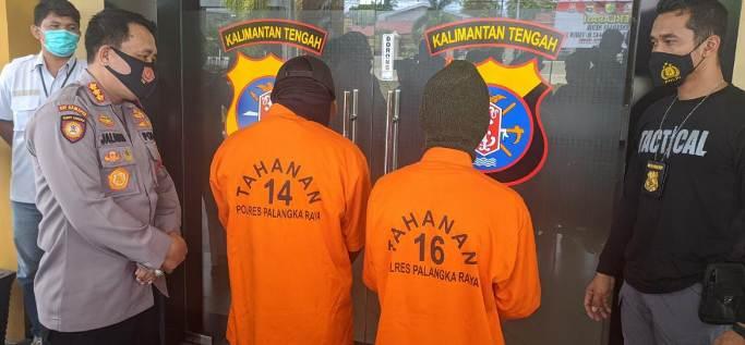 Kedua pelaku saat diintrogasi Kapolresta Palangka Raya Kombes Pol Dwi Jaladri, Sabtu (1/5).