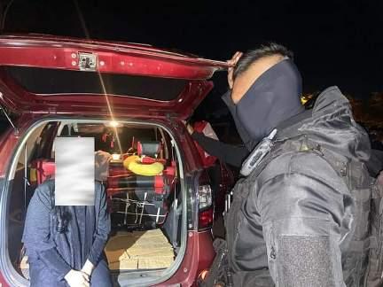 Anggota saat mengintrogasi wanita yang berada di dalam mobil tersebut, Sabtu (2/5) malam.
