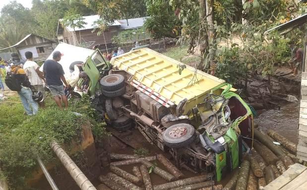 Kedua truk saat terguling usai terjadi kecelakaan maut, Senin (3/5/2021)